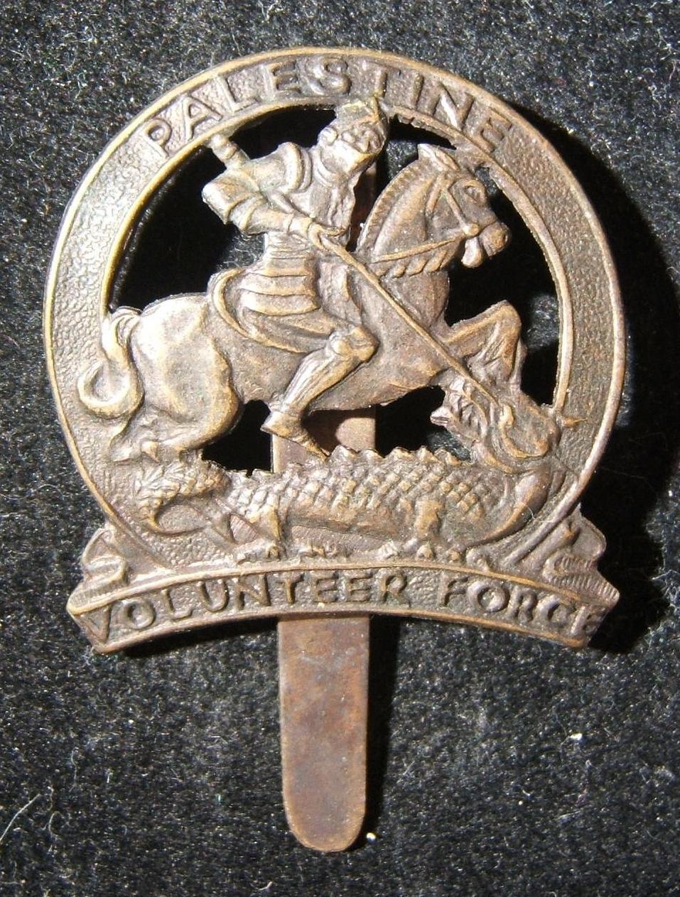 Palästina Volksfreiwilligen Kräfte, Hut-Abzeichen aus Metall, ca. 1940-1943; kein Hersteller gekennzeichnet; mit Schieberegler auf Rückseite; Gewicht: 4,75 g. Zeigt Schutzpatron St