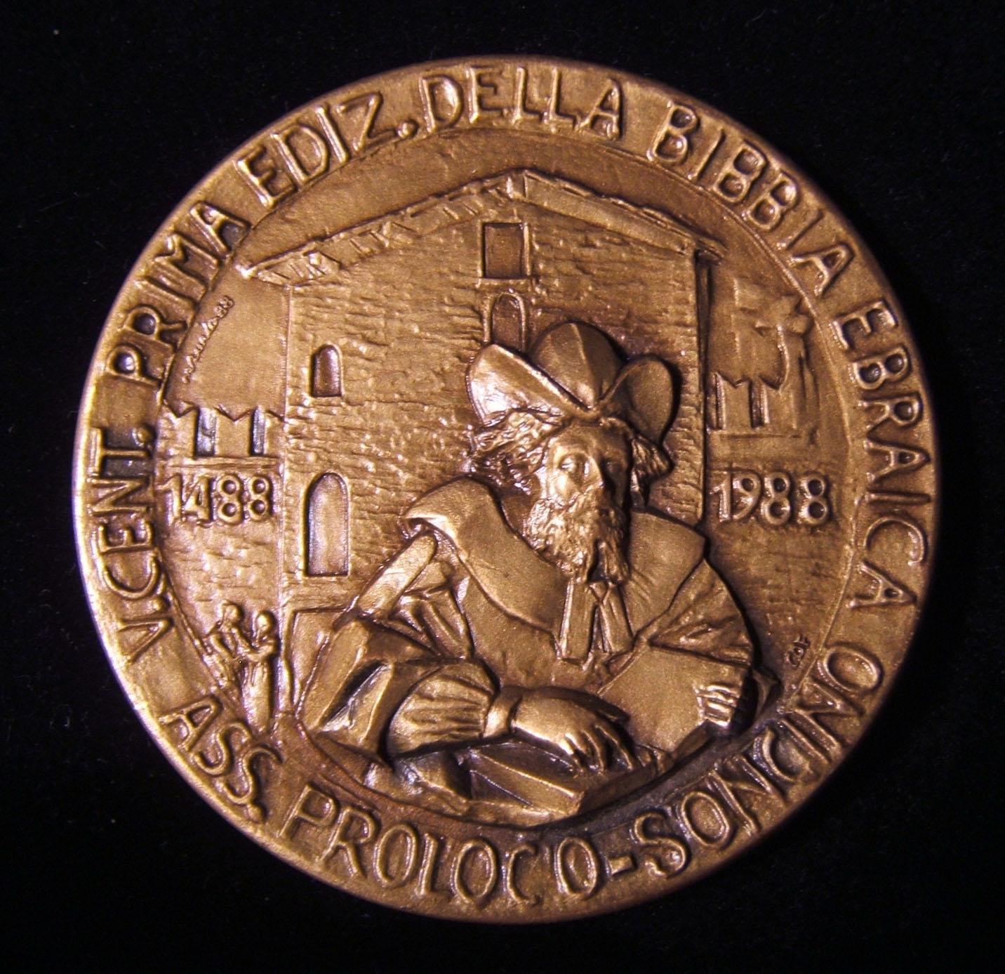 Italien: 500 Jahre zur ersten Ausgabe der hebräischen Bibel, 1488-1988; graviert von Maurizio Zurla; Größe: 50 mm; Gewicht: 81,85 g. Vorderseite zeigt italienische Beschriftung