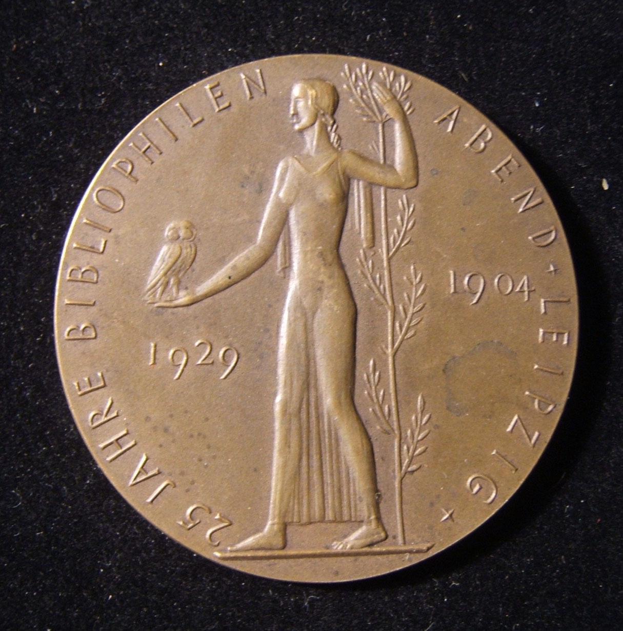 Deutschland: 25. Jahrestag Bibliophile Gedenkmedaille aus Bronze für Gustav Kirstein, 1929, von Bruno Eyermann; Größe: 50,5 mm; Gewicht: 51,4 g. Vorderseite: Frau hält Eule; Deutsc