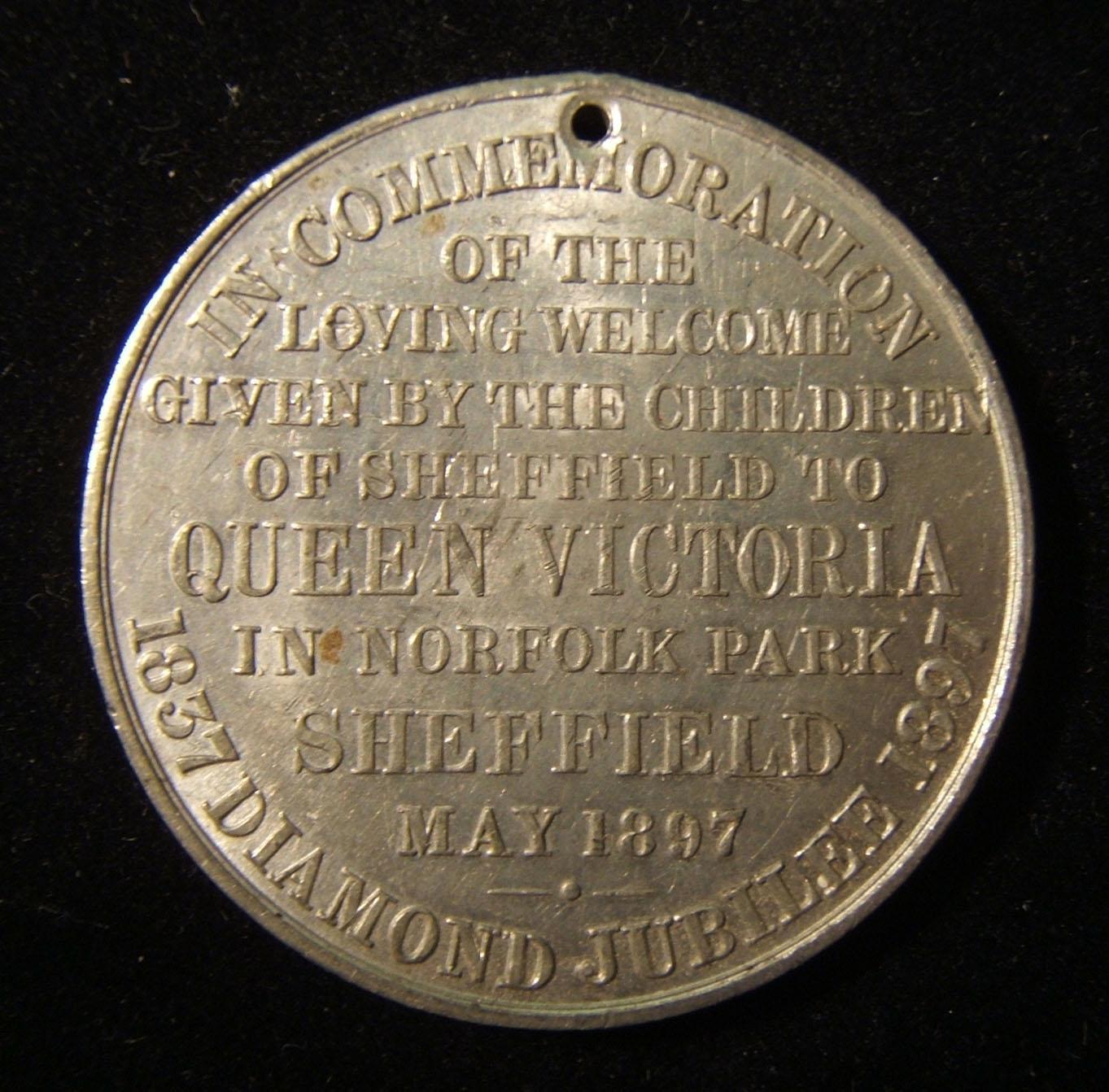 Großbritannien: Königin Victoria, Medaille zum 60. Jubiläum aus Weißmetall und Diamanten / Besuch von Sheffield, von M.R.T.D (unklare Prägungsstreifen), 1897; Größe: 38,75 mm; Gewi