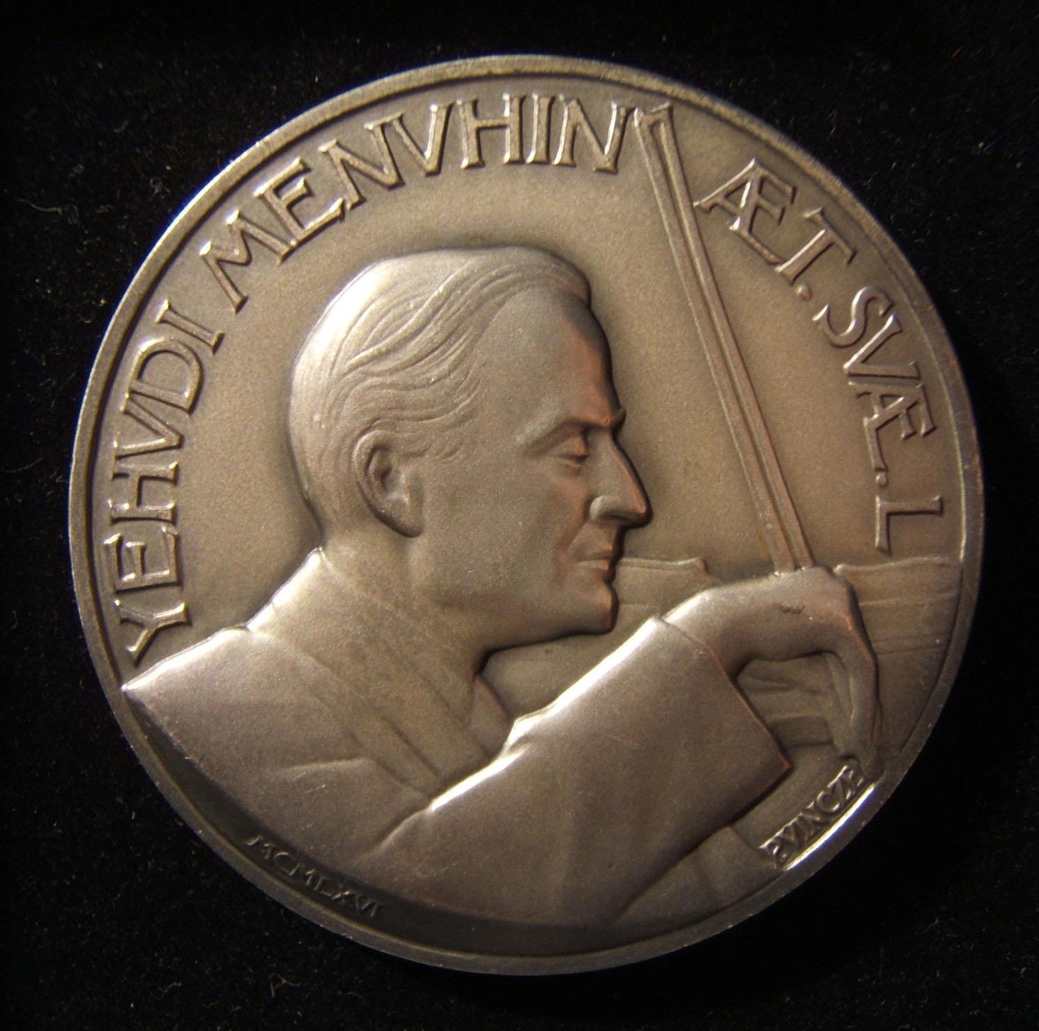 Vereinigte Staaten: Yehudi Menuhin 50. Geburtstag Silbermedaille von Paul Vincze, 1966; Größe: 56 mm; Gewicht: 97,05 g. Vorderseite: Menuhin spielt Geige; Beschriftung in Lateinisc