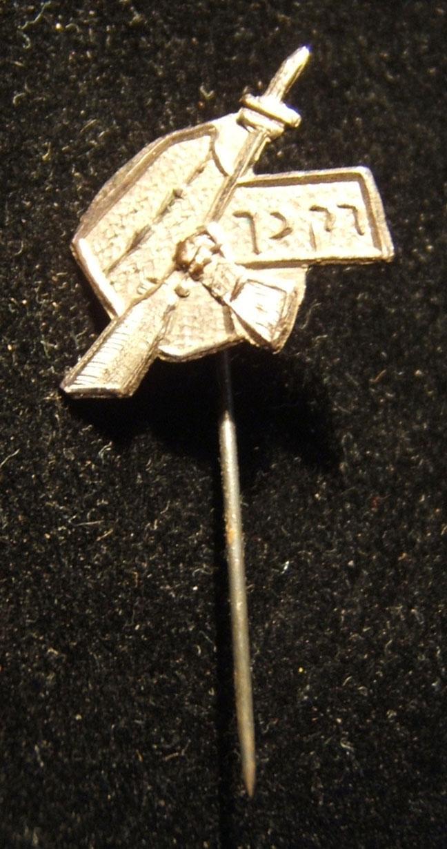 Irgun/Etzel Kragen-Stift, ca. 1930-40er. Emblem ursprünglich von Lili Strasman-Lubinsky, die auf Anregung von Avraham Stern die Bewegungs-Zeitung in Warschau