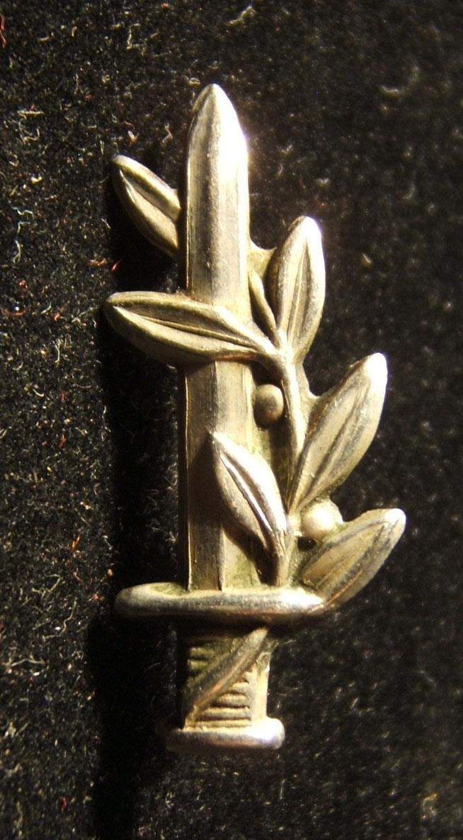 Tunic-collar pin for a graduate of the IDF officer's school, circa. 1960's-70's; weight: 1.2g. Worn by ranks of 2nd Lieutenant and up.