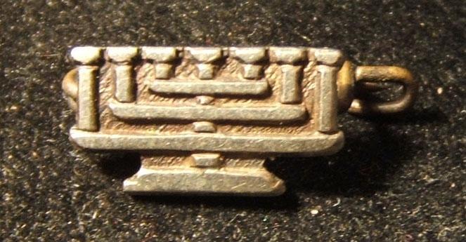 US(?): miniature member's pin of the B'nai Brith Jewish fraternal-NGO organization, circa. 1940's-50's; size: 13.5 x 7.5mm; weight: 0.95g.