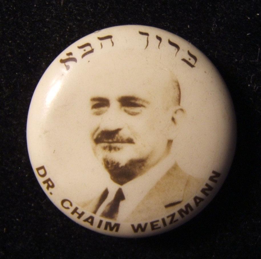 US / Großbritannien: Dr. Chaim Weizmann Willkommen-Pin aus Zelluloid, ca. Mitte 1930er; kein Hersteller gekennzeichnet; Größe: 21,5 mm; Gewicht: 1,5 g. Mit hebräischer Beschriftun