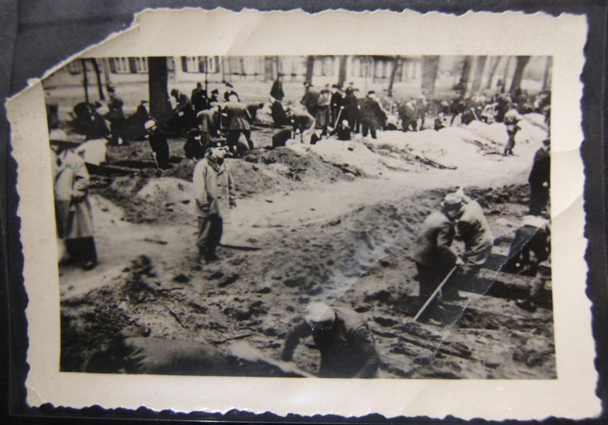 תמונה מקורית של שואה של אזרחים שנמצאים תחת קבר חפירת קברים