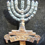 Palestine/Yishuv: Hat badge of the 1st Judean Battalion in brass, 1920; not maker-marked; size: 3.55 x 5.05cm; weight: 9.35g. This is the design with the flat-sided base of the 'Me